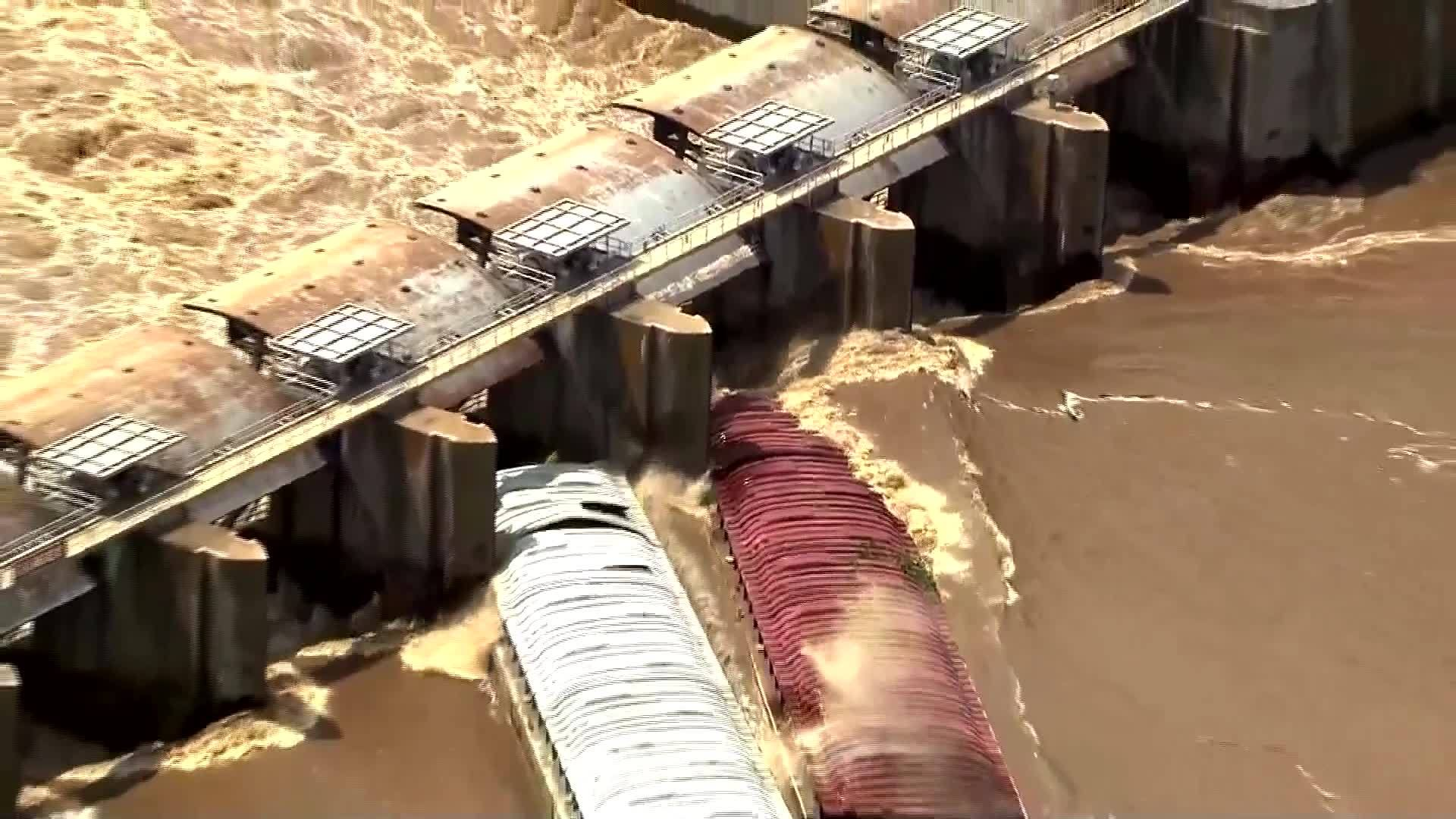 2 barges crash into Oklahoma dam